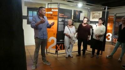 Mikel Alberdi el la inauguración de la exposición temporal