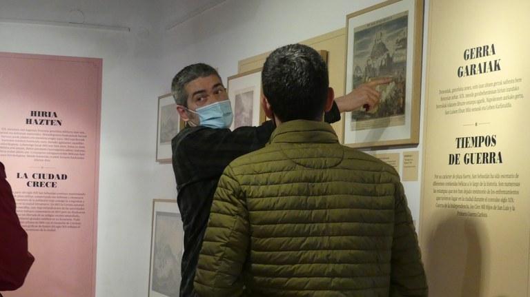 Mikel Alberdi realizando una visita guiada