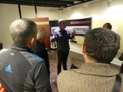 Mikel Alberdi realizando una visita con un grupo