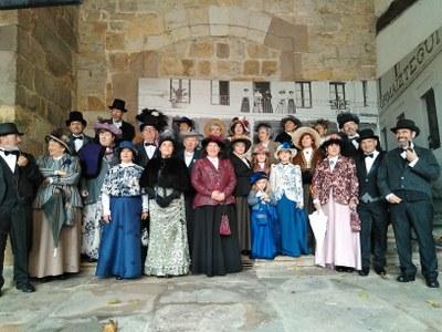 Grupo de elegantes posando delante del Photocall