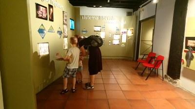 Familia visitando el museo con el folleto familiar