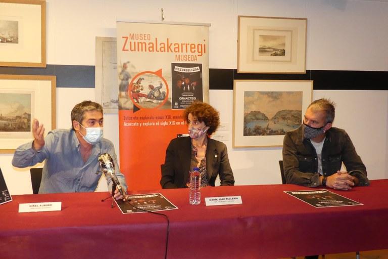 De izquierda a derecha: Mikel Alberdi responsable del Centro de Documentación del Museo Zumalakarregi, María José Tellería Directora de Cultura de la Diputación Foral de Gipuzkoa y Jon Maia cantante del grupo Hezurbeltzak.