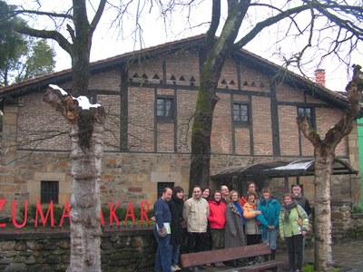 Visitantes de un Euskaltegi en frente del Museo Zumalakarregi